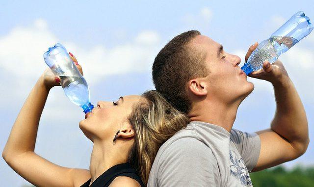 kann man zu viel wasser trinken - wasserflasche