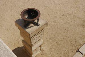 wie funktioniert eine Sonnenuhr -Sonnenuhr Schale