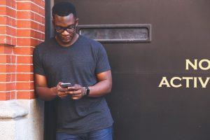 mann nutzt dating app